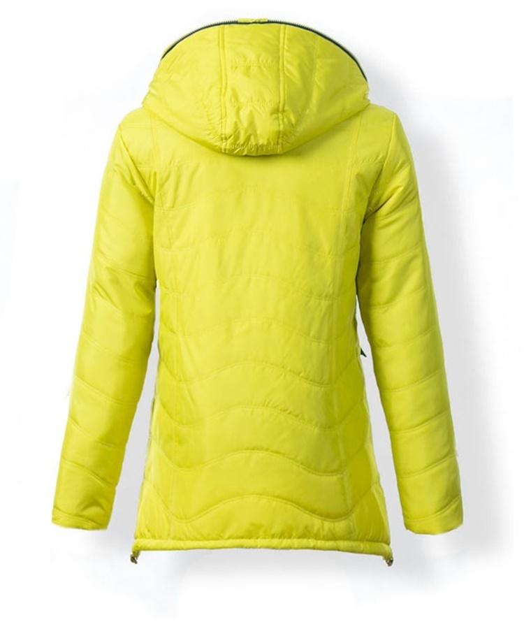 aa3d9038f Bunda spája dve farby pričom jedna je dominantná z tej je vytvorená celá  bunda a kontrastná farba ktorá je použitá na vnútorných výstelkách ale aj  na ...